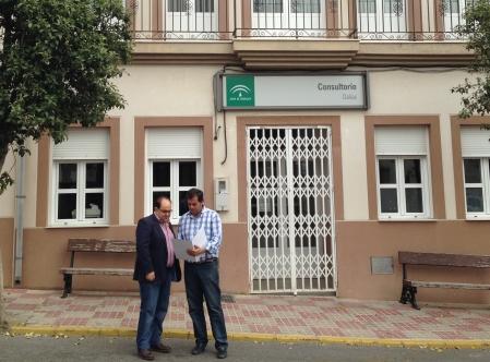 Los concejales del Grupo Popular junto a la fachada del Consultorio (foto: archivo)